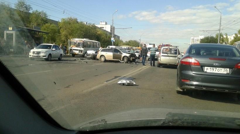 НаГагарина столкнулись три автомобиля, трое в клинике — ДТП вОренбурге