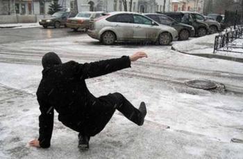 Упал, очнулся - гипс. Оренбуржцам не нравится лед на остановках