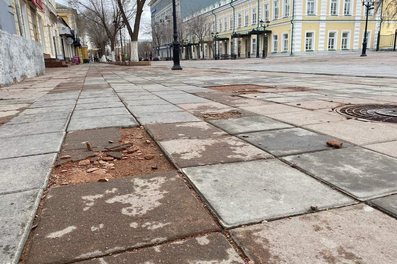 В Оренбурге на ул. Советской вновь крошится тротуарная плитка